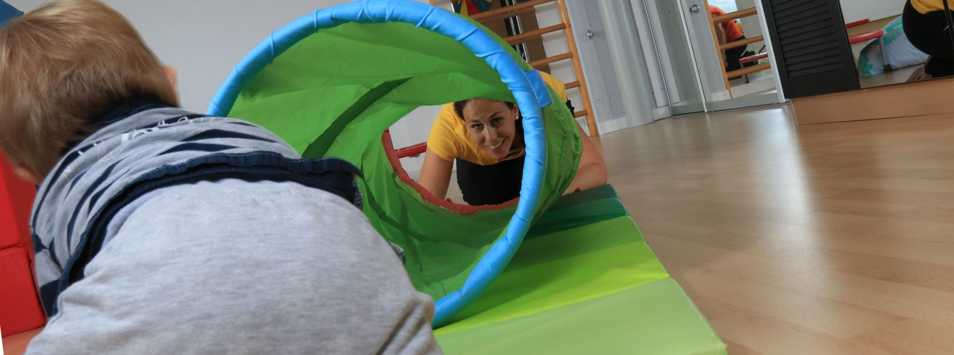 Spielerische und gezielte Behandlung von Kindern.